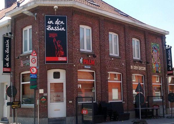 Spelersbezoek aan café In Den Bassin na de wedstrijd uit bij Sparta Heestert