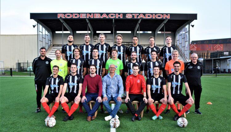 Nieuwe ploegfoto Club Roeselare met truitjes sponsor bricx. vastgoed forward (foto Jos)